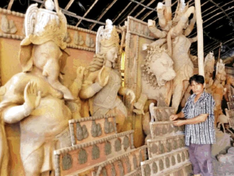 कोलकाता से लाई गई मिट्टी से आकार ले रही देवी की प्रतिमा