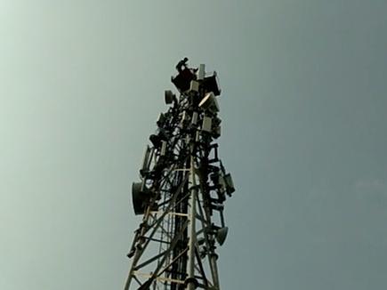 कोरबा : बाइक नहीं दिलाई तो मोबाइल टावर पर चढ़ गया युवक, फिर ऐसे उतारा