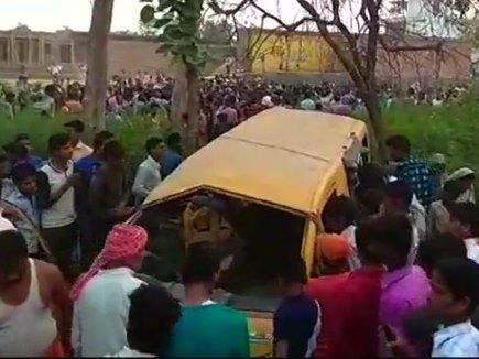 ड्राइवर ने लगा रखे थे ईयरफोन,स्कूल बस ट्रेन से टकराई,13 बच्चों की मौत