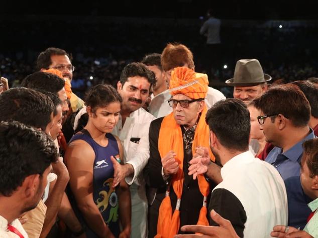 इंदौर के महादंगल में अभिनेता धर्मेंद्र रहे आकर्षण का केंद्र
