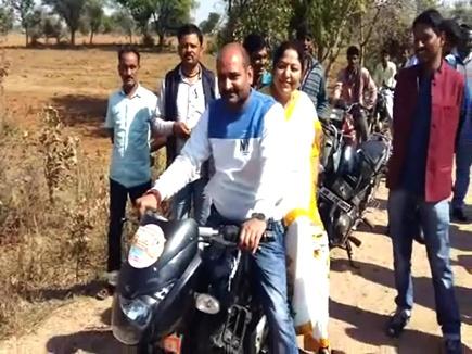छतरपुर जिले में फसलों का जायजा लेने बाइक से खेतों तक पहुंचीं राज्यमंत्री
