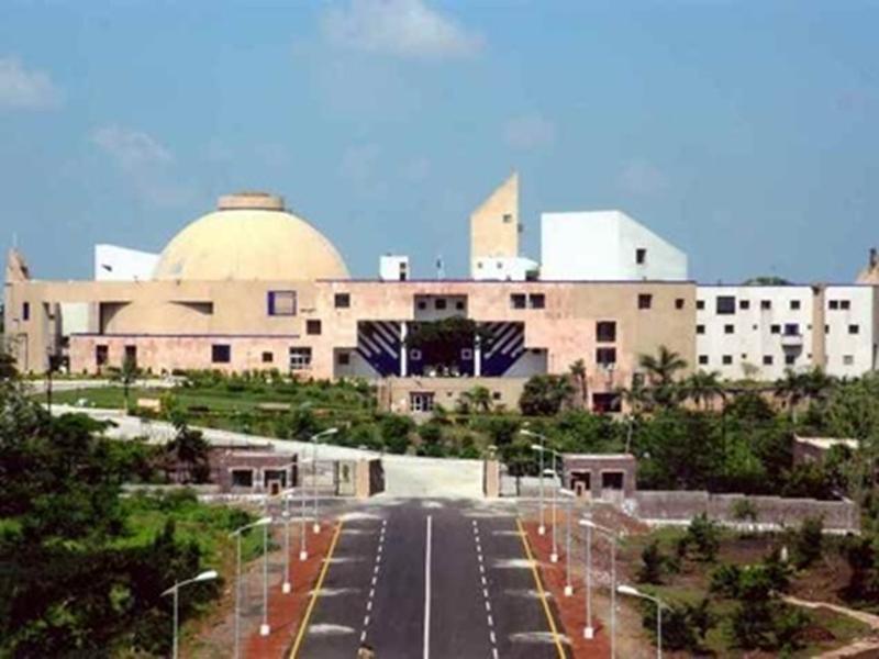 Bhopal News : विधानसभा परिसर में लगे पेड़ पर चढ़ा युवक