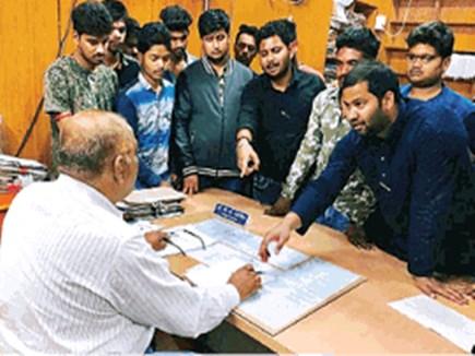 MSW Student: अंग्रेजी में प्रश्नपत्र देखा तो उर्दू में किया विरोध