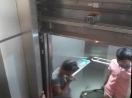 इंदौर रेलवे  लिफ्ट में  फसें मुसाफिर ,बीते पखवाड़े हुआ था उद्घाटन