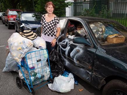 यह करोड़पति महिला क्यों बीनती है कचरा, जानकर हो जाएंगे हैरान