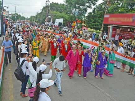 इंदौर में 12 किमी का तिरंगा फहराकर बनाया वर्ल्ड रिकॉर्ड