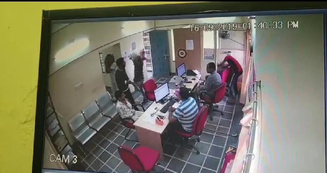 Video: दिनदहाड़े बैंक में डाला, सिर्फ एक मिनट में उड़ाए 19 लाख