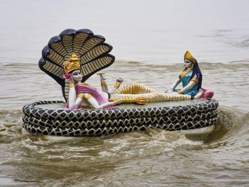 Devshayani Ekadashi 2019: उफनती ब्रह्मपुत्र में दिखा कुछ ऐसा नजारा, मानों सच में क्षीरसागर में नाग शैय्या पर लेटे हों भगवान