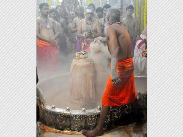 महाकालेश्वर और पशुपतिनाथ मंदिर में लगी श्रद्धालुओं की भीड़