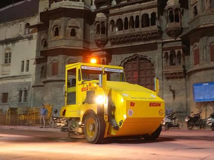 इंदौर में 450 किमी लंबी सड़कों की रोज रात सफाई करती हैं ये मशीनें