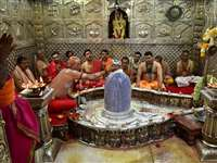 शिवनवरात्रि के अवसर पर महाकाल को सजाया