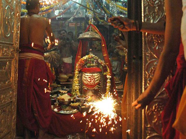 भस्म आरती के दाैरान महाकालेश्वर में मनी दिवाली