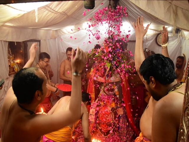 Holi 2019 : पुजारियों ने फूल और गुलाल से खेली भगवान महाकाल के साथ होली