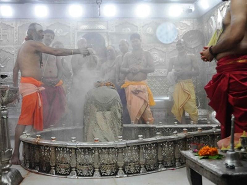 Mahakal Bhasma Aarti पास में छेड़छाड़ कर अंदर पहुंचे पांच युवक पकड़ाए
