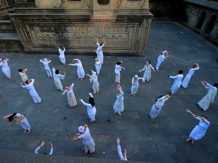 महेश्वर में नर्मदा नदी के तट पर 17 देशों के लोगों ने सीखे योग के गुर