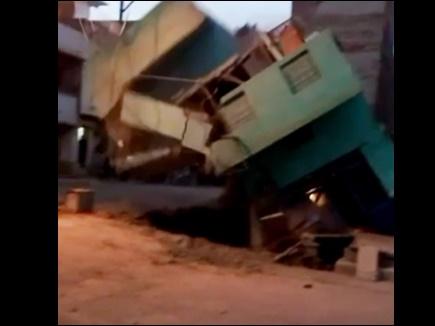 VIDEO : शुजालपुर में जर्जर मकान भरभराकर गिरा