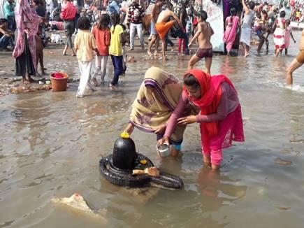 मकर संक्रांति पर नदियों के तटों पर स्नान के लिए लगी भीड़