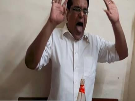 VIDEO: सिर्फ 25 सेकेंड में ये शख्स टोमैटो सॉस की पूरी बोतल गटक गया