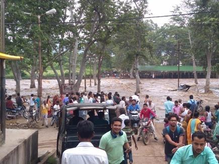 सतना जिले में मंदाकिनी नदी का जलस्तर बढ़ा, अलर्ट जारी, दुकानों में घुसा पानी