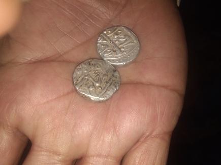 महू के पास खेत में मिले मुगलकालीन सिक्के, पुरातत्व विभाग को भेजेंगे