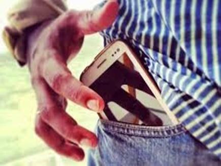 इटारसी में यात्री से मोबाइल छीनने की कोशिश, चलती ट्रेन से नीचे फेंका