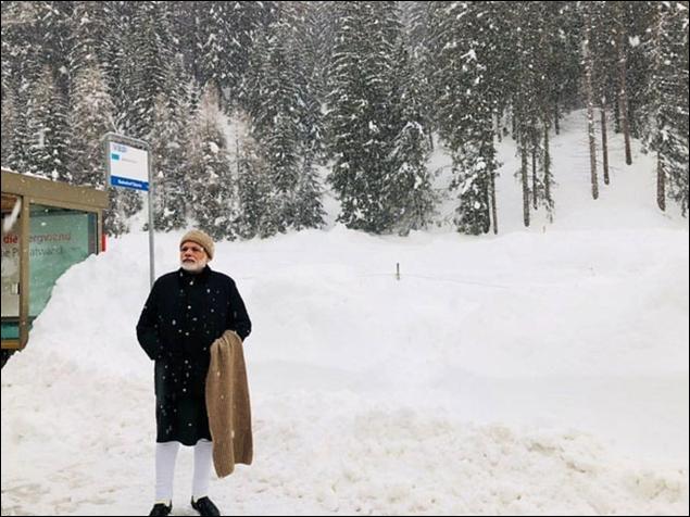 दावोस में प्रधानमंत्री मोदी ने बर्फबारी में खिंचाई तस्वीर, लोगों ने लिया ऐसे मजा