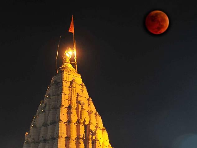 चंद्रग्रहण : लाल हुआ चांदी सा चमकने वाला पूनम का चांद