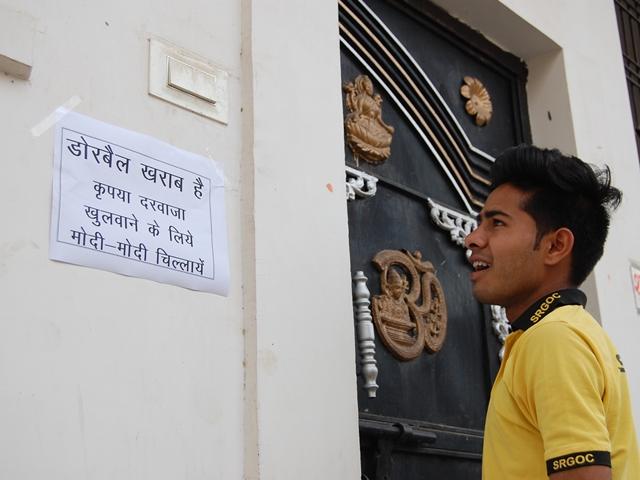 मुरैना में लगे पोस्टर: डोर बेल खराब है, कृपया दरवाजा खुलवाने के लिए मोदी-मोदी चिल्लाएं