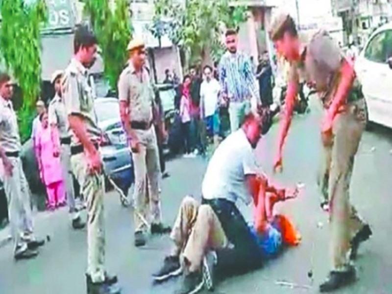 दिल्ली में बुजुर्ग टेम्पो चालक की पिटाई के बाद तीन पुलिसकर्मी सस्पेंड, सीएम केजरीवाल ने की निष्पक्ष जांच की मांग