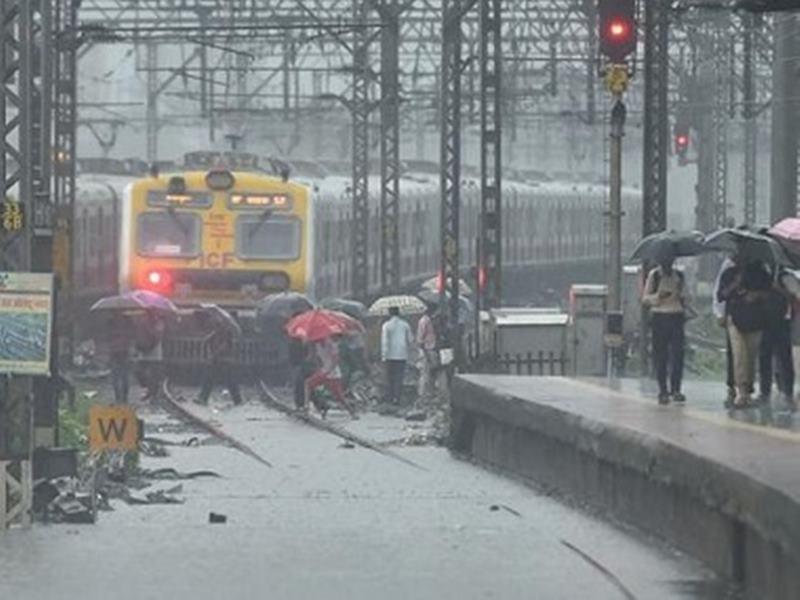 Mumbai Rains : भारी बारिश के चलते रेल यातायात प्रभावित, ये ट्रेनें रद्द, देखें सूची