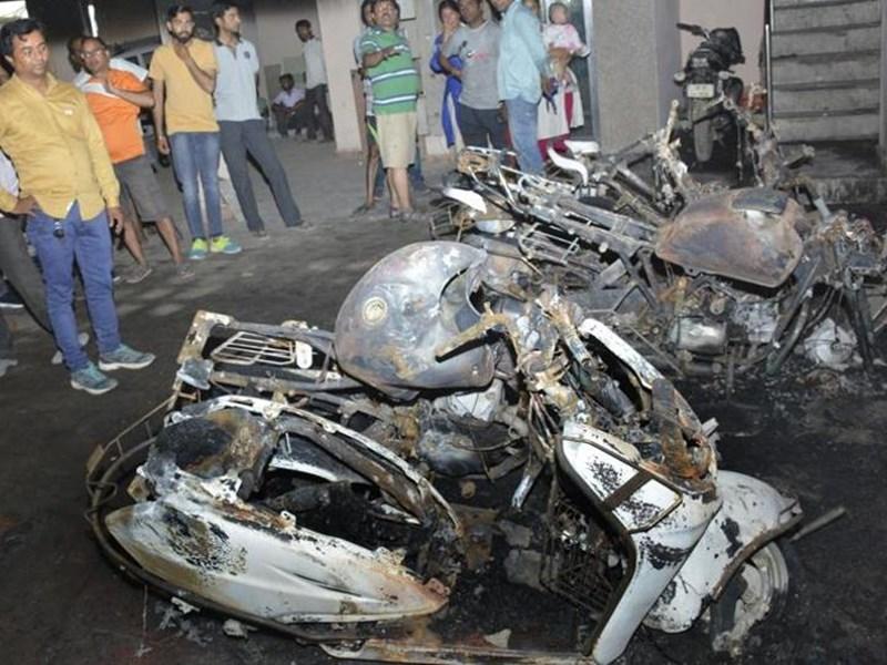 मुंबई के विजयनगर इलाके में 22 बाइक, 2 कारों में देर रात लगी आग, पुलिस ने मामला दर्ज किया ! Mumbai News