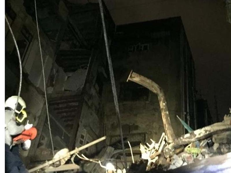 मुबई में तीन मंजिला इमारत गिरी, मलबे से जिंदा निकाले गए 14 लोग