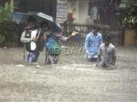 मुंबई में भारी बारिश ने तोड़ा 12 साल का रिकॉर्ड, देखिए तस्वीरें