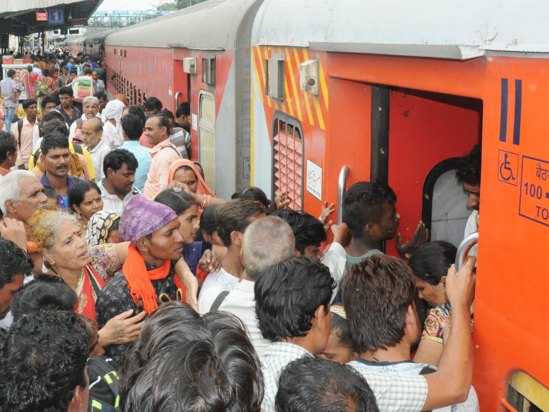 मुंबई की ट्रेन : 100 की क्षमता वाले कोच में थे 150 यात्री, खंडवा से 120 और चढ़ गए