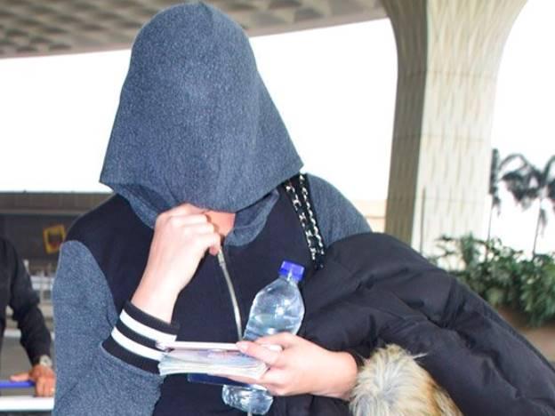 पहचानिये रणबीर कपूर के साथ डेब्यू करने वाली इस हीरोइन को, फोटोग्राफर्स से छुपा रहीं चेहरा