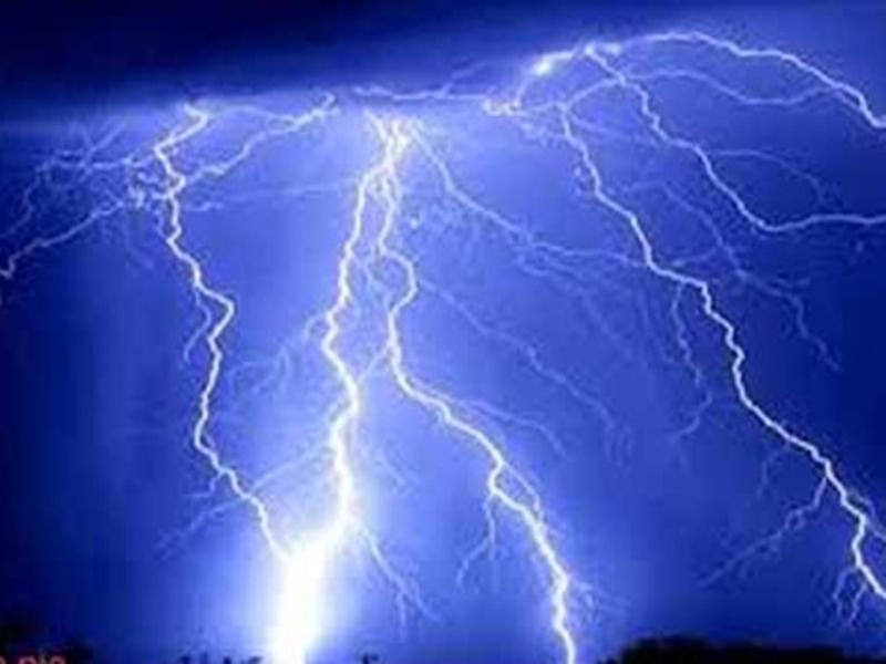 धान के खेत में मौजूद महिलाओं पर गिरी आकाशीय बिजली