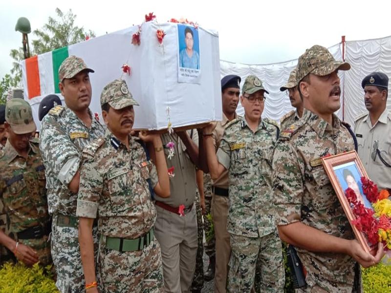 अबूझमाड़ में नक्सली मुठभेड़ में शहीद जवान को दी अंतिम सलामी