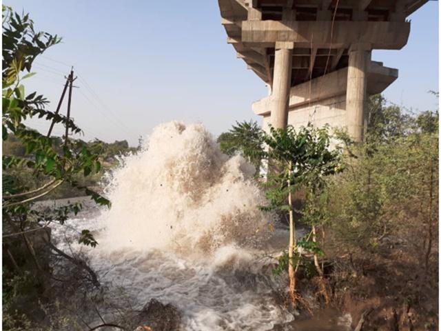 VIDEO : Mhow में नर्मदा की पाइपलाइन फूटी, लाखों गैलन पानी बहा