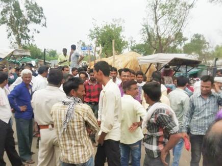 तेंदूखेड़ा मंडी में टोकन न मिलने से नाराज किसानों का प्रदर्शन