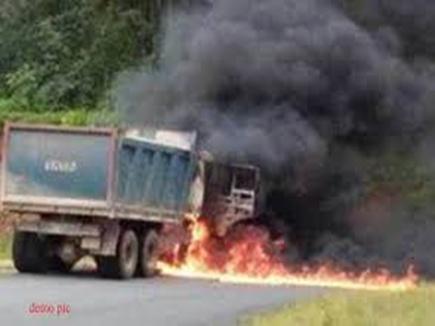 सुकमा में नक्सलियों ने सीआरपीएफ कैंप के पास वाहन जलाया
