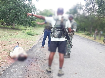 दंतेवाड़ा में नक्सलियों ने दो ग्रामीणों की हत्या कर शवों को रास्ते पर फेंका