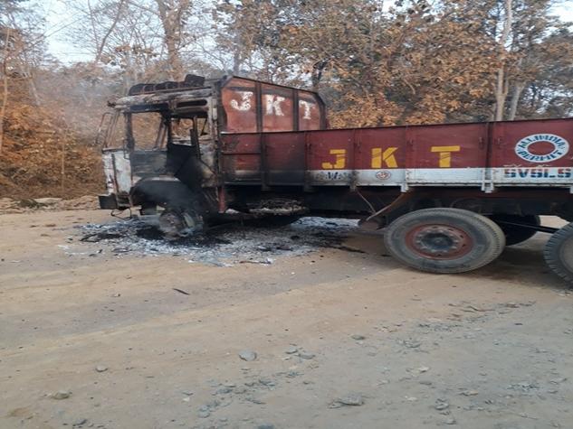 छत्तीसगढ़ में माओवादियों का कहर, वाहनों को लगाई आग