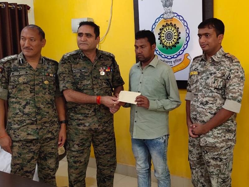 बीजापुर में आठ लाख के इनामी नक्सली कमांडर ने किया आत्मसमर्पण