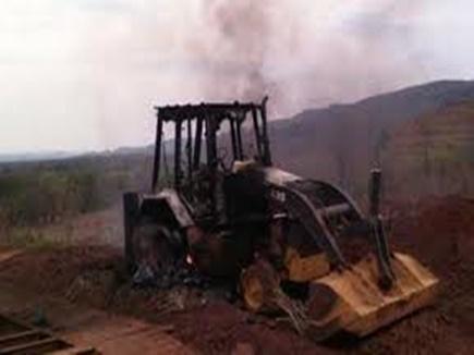 naxalites burnt seven vehicles 14 03 2018
