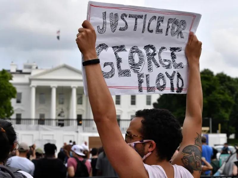 अमेरिका: अश्वेत युवक की हत्या के बाद जगह-जगह हो रहे प्रदर्शन, वॉशिंगटन डीसी समेत 12 राज्यों में कर्फ्यू