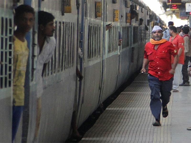 यात्रीगण कृपया ध्यान दें...Ticket Booking दोबारा शुरू होने पर रेलवे ने दी यह सफाई