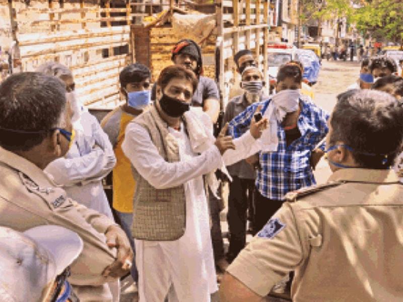 LockDown in Indore : टाटपट्टी बाखल के रास्ते सील, घरों पर चिपकाए होम क्वारंटाइन के पर्चे