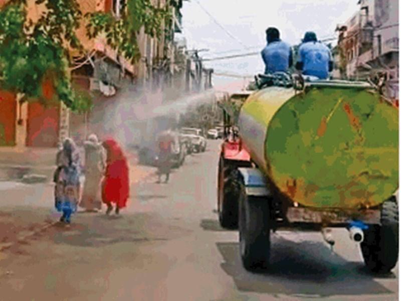 Indore News : इंदौर में महिलाओं पर सैनिटाइजर छिड़कने वाले दो कर्मचारियों पर कार्रवाई