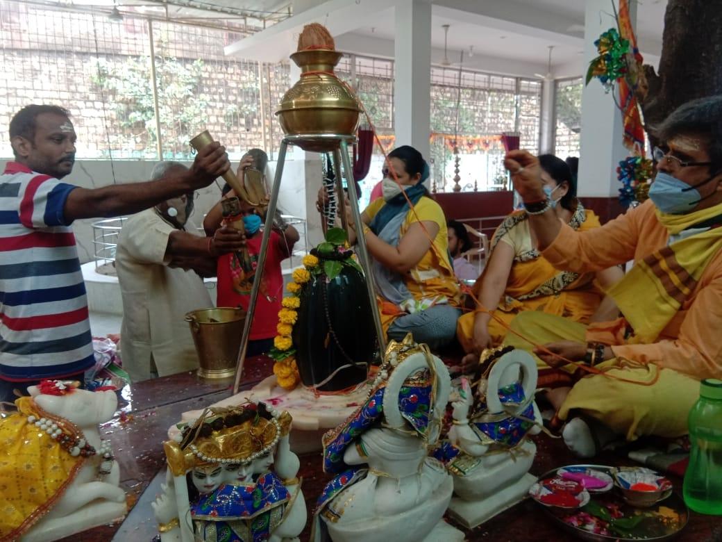 शनि प्रदोष पर किया भगवान शंकर का अभिषेक