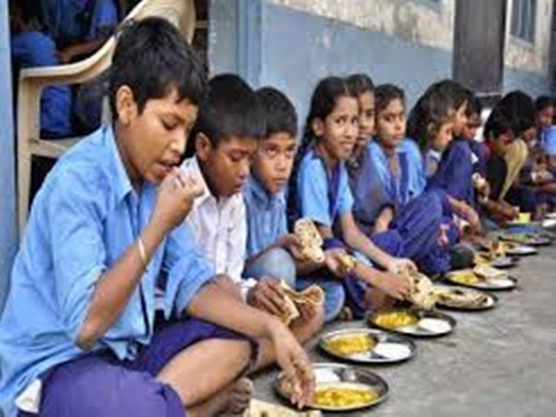छत्तीसगढ़ सरकार बच्चों के घर पहुंचा रही मध्यान्ह भोजन का सूखा राशन